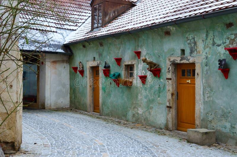 Via stretta nel centro storico di piccola città medievale di Cesky Krumlov, repubblica Ceca fotografia stock libera da diritti