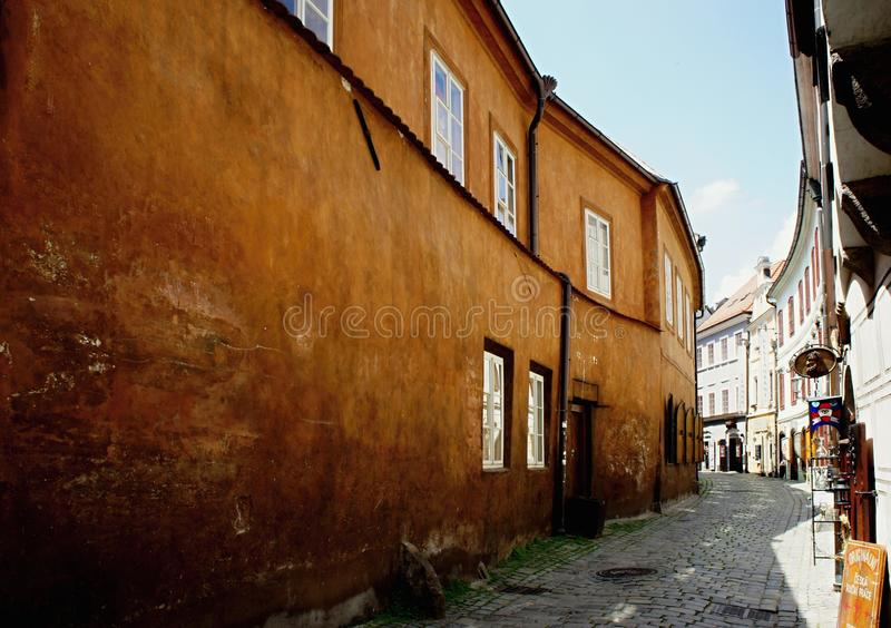 Via stretta nel vecchio centro di Cesky Krumlov fotografia stock libera da diritti