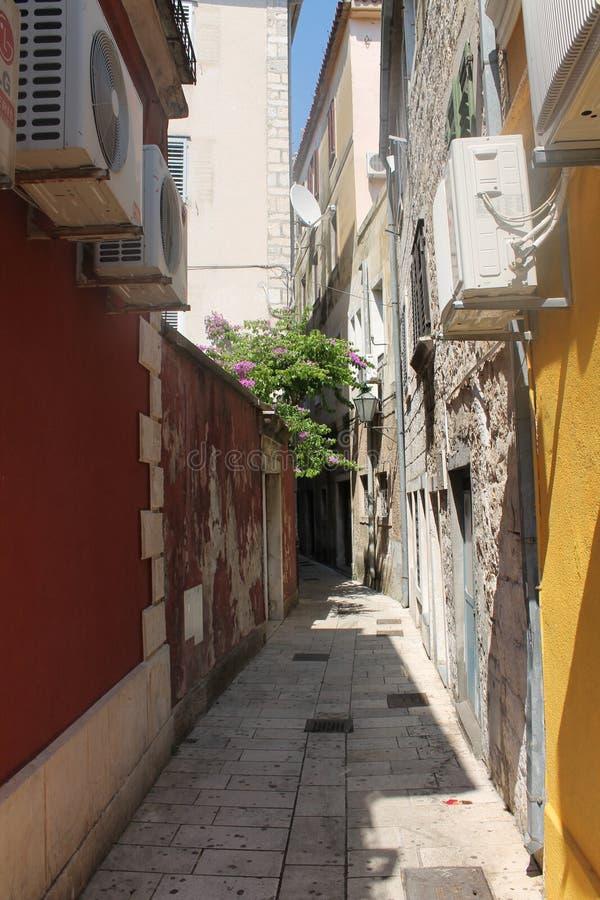 Via stretta in Omis Croazia fotografie stock libere da diritti