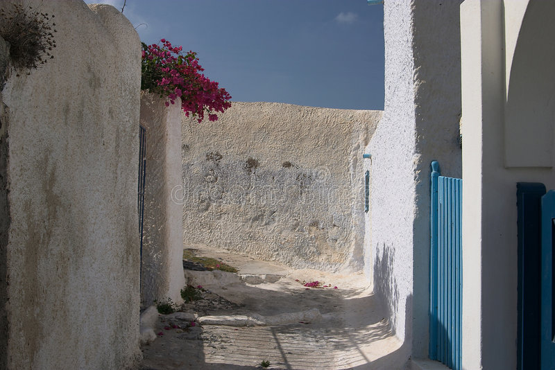 Via stretta sull'isola di Santorini fotografia stock