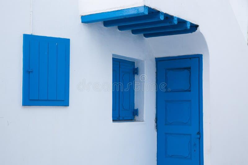 via stretta tradizionale in Mykonos con le porte blu e le pareti bianche immagini stock