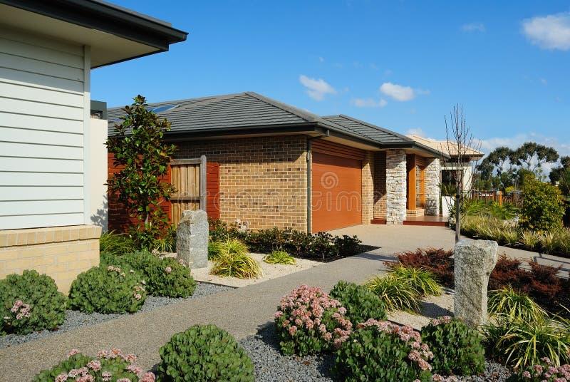 Via suburbana con le nuove case moderne immagine stock libera da diritti