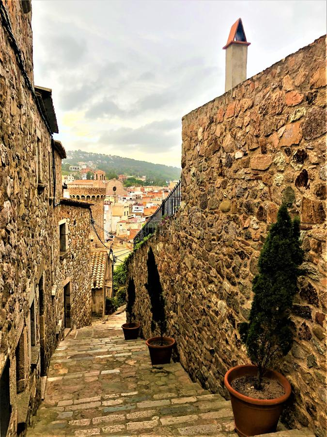 Via, torre e scala medievali a Tossa de Mar, Spagna immagine stock