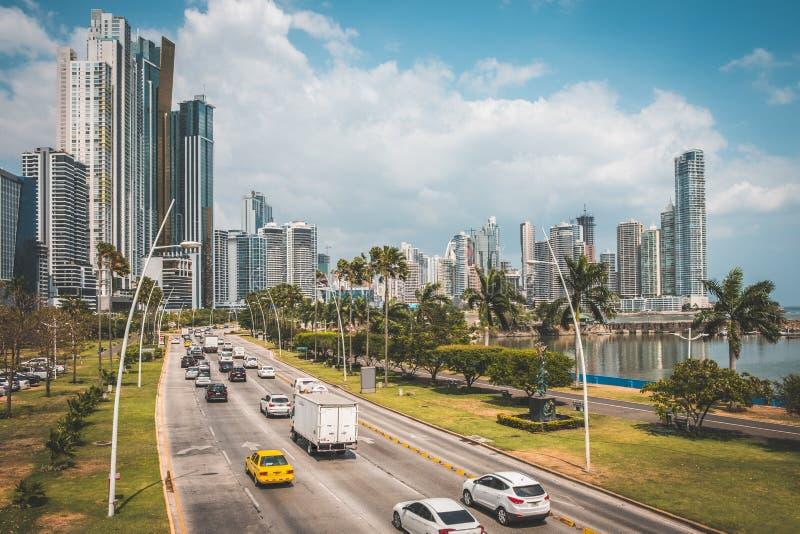 Via, traffico, automobili e orizzonte di Panamá immagini stock