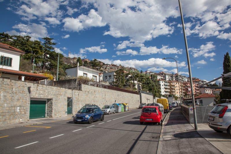 Via a Trieste con le automobili parcheggiate fotografia stock libera da diritti