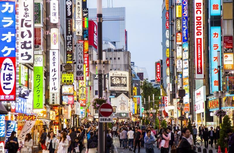Via uguagliante occupata nel distretto Tokyo di Shinjuku fotografia stock libera da diritti