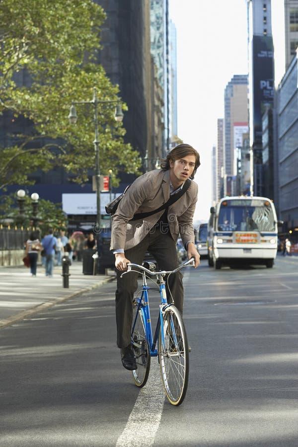 Via urbana di Riding Bicycle On dell'uomo d'affari immagine stock libera da diritti
