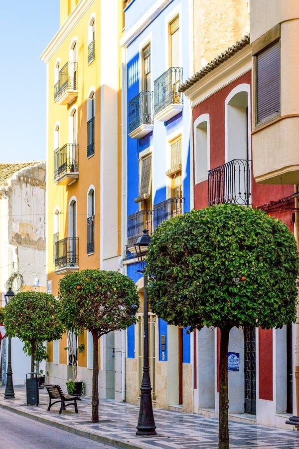 Via variopinta della città di Villajoyosa, Costa Blanca, Spagna fotografia stock libera da diritti