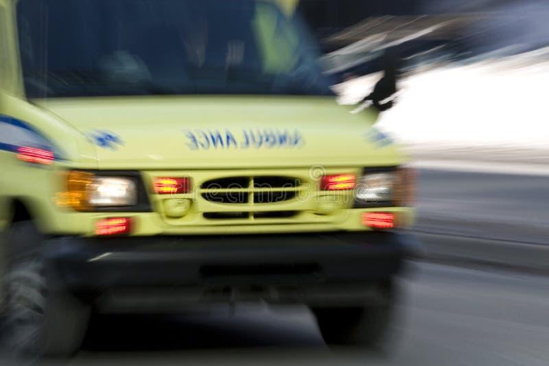 Via veloce andante dell'ambulanza giù fotografia stock libera da diritti