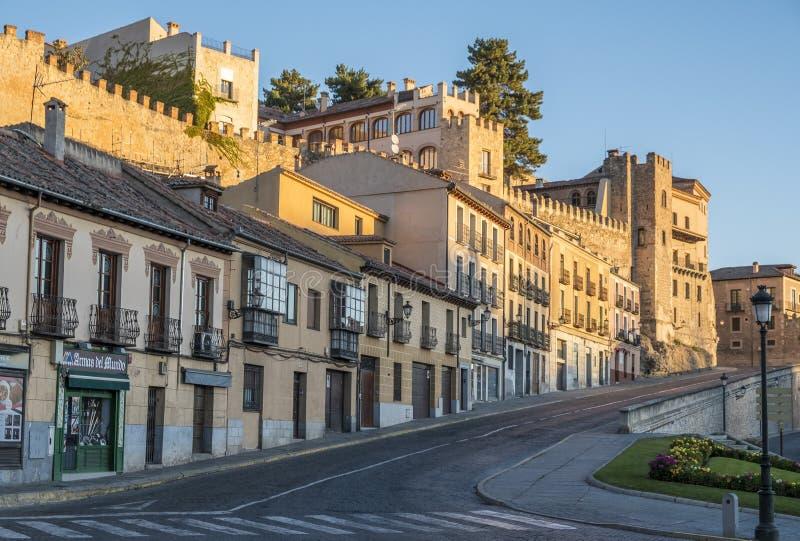 Via vicino a Roman Aqueduct a Segovia Spagna fotografie stock libere da diritti