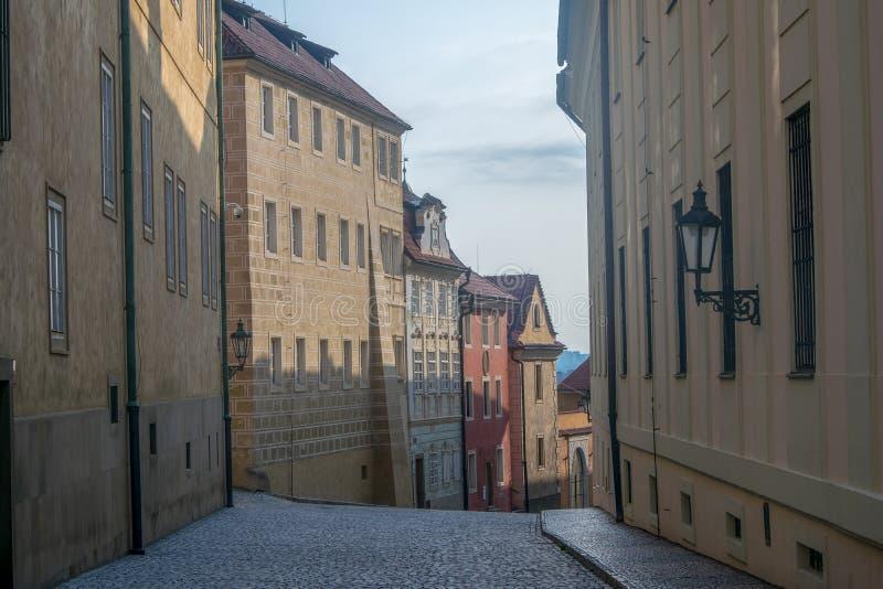 Via vuota alla mattina in vecchia città di Praga immagine stock