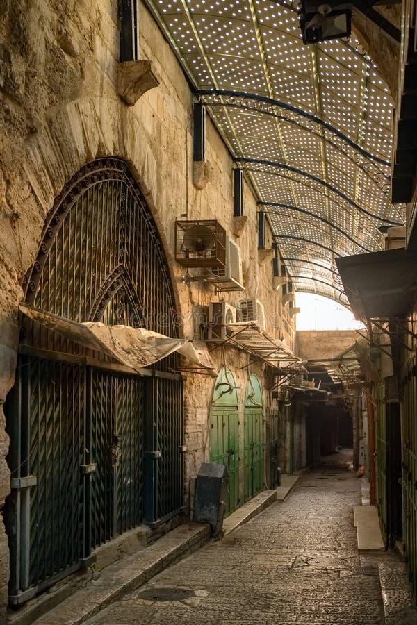 Via vuota con i negozi chiusi nella vecchia città di Gerusalemme nel primo mattino fotografia stock libera da diritti