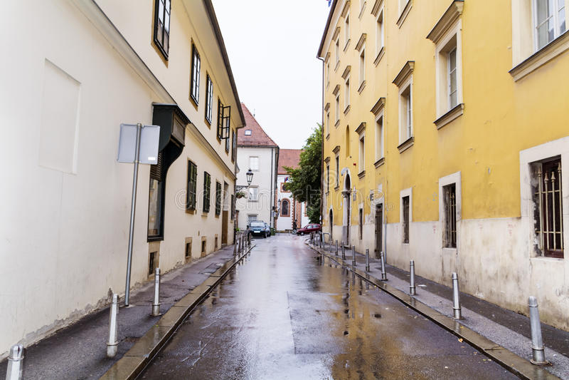 Via vuota tipica nel giorno piovoso di Zagabria Croazia fotografia stock