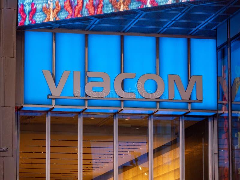 Viacom logo på deras Times Squarehögkvarteringång arkivbild