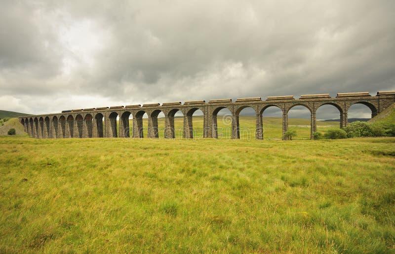 Viadotto di Ribblehead, sembrante Yorkshire del nord e del nord fotografie stock libere da diritti