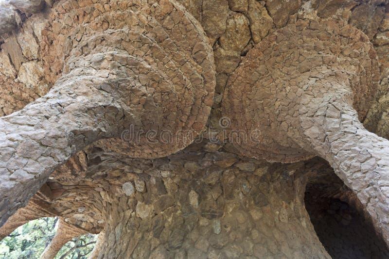 Viadotto e colonne fatti delle rocce in sosta Guell - fotografie stock