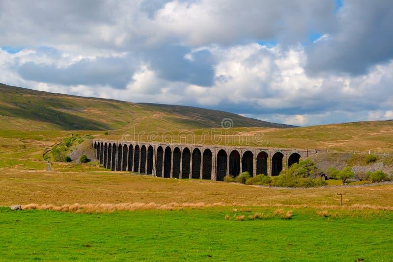 Viadotto famoso in vallate di Yorkshire, Inghilterra di Ribblehead È 440 y immagini stock