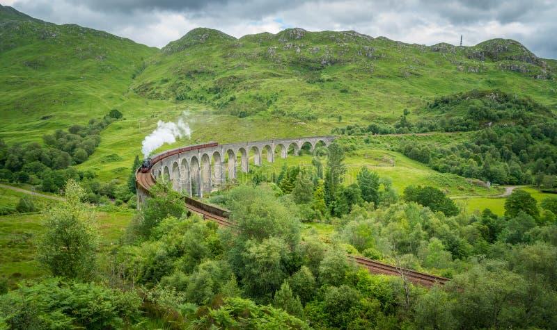 Viadotto ferroviario di Glenfinnan con il vapore di Jacobite, nell'area di Lochaber degli altopiani della Scozia fotografia stock libera da diritti