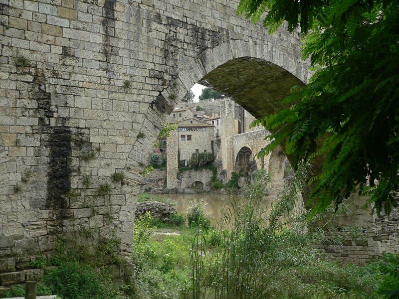 Viadotto medievale nella città provinciale di Besalú spain immagine stock libera da diritti