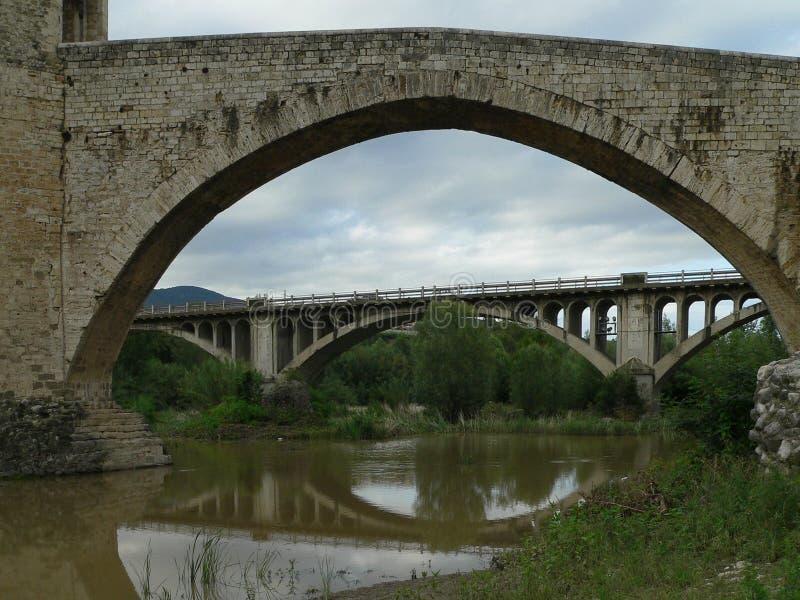 Viadotto medievale nella città provinciale di Besalú spain immagini stock