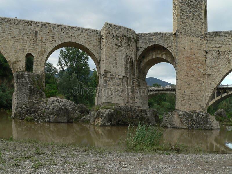 Viadotto medievale nella città provinciale di Besalú spain fotografie stock libere da diritti