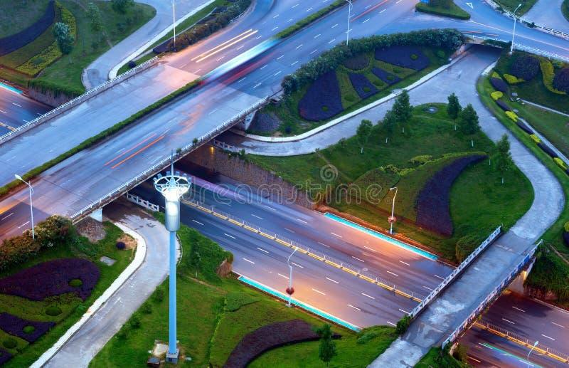 Viadotto urbano moderno alla notte immagini stock