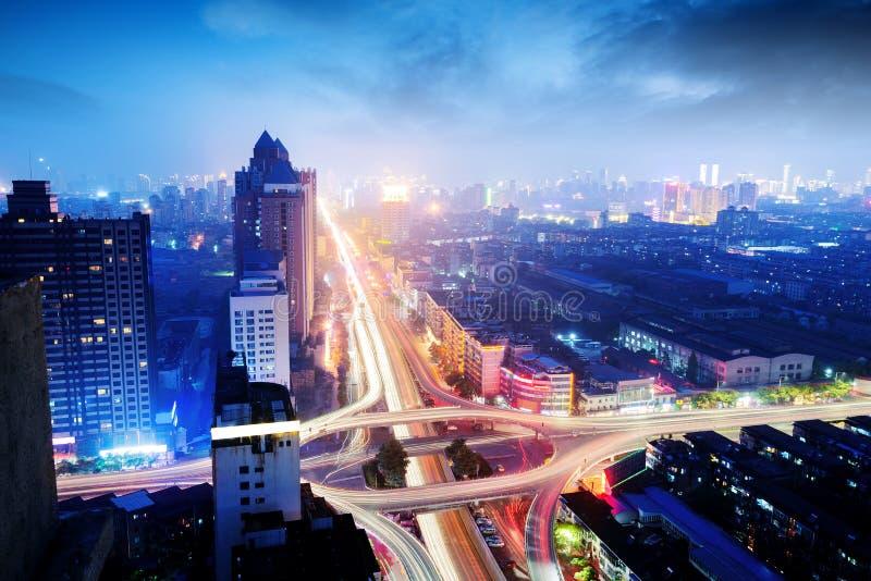 Viadotto urbano moderno alla notte immagine stock libera da diritti