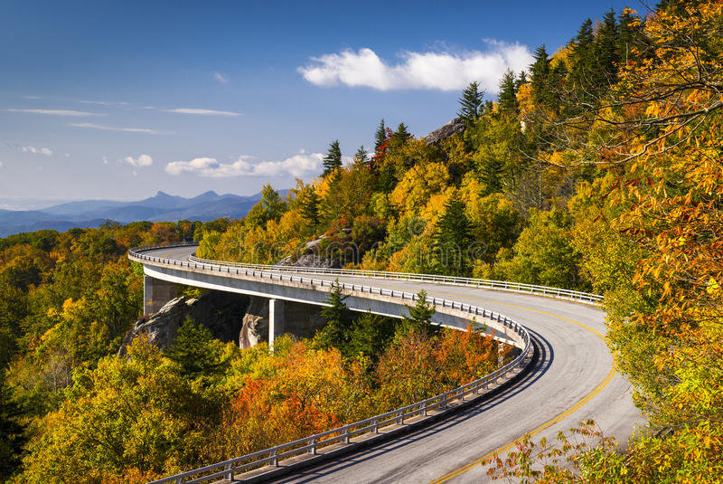 Viaduc bleu la Caroline du Nord de crique de Linn de route express de Ridge photos stock