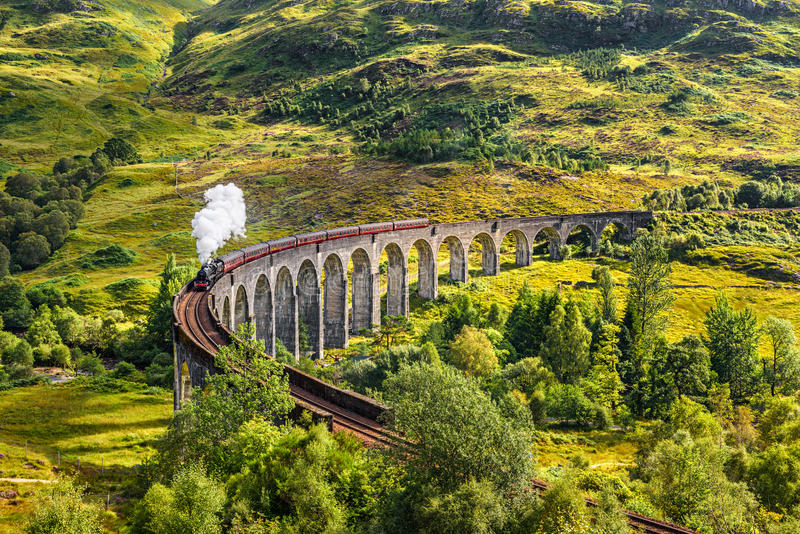 Viaduc ferroviaire de Glenfinnan en Ecosse avec un train de vapeur photos libres de droits