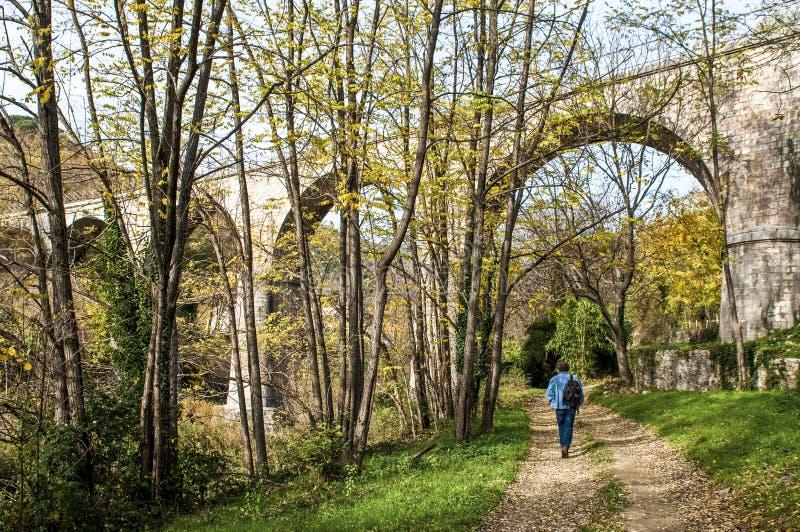 Viaduc près de village de Sumene, le Gard, France du sud photos stock