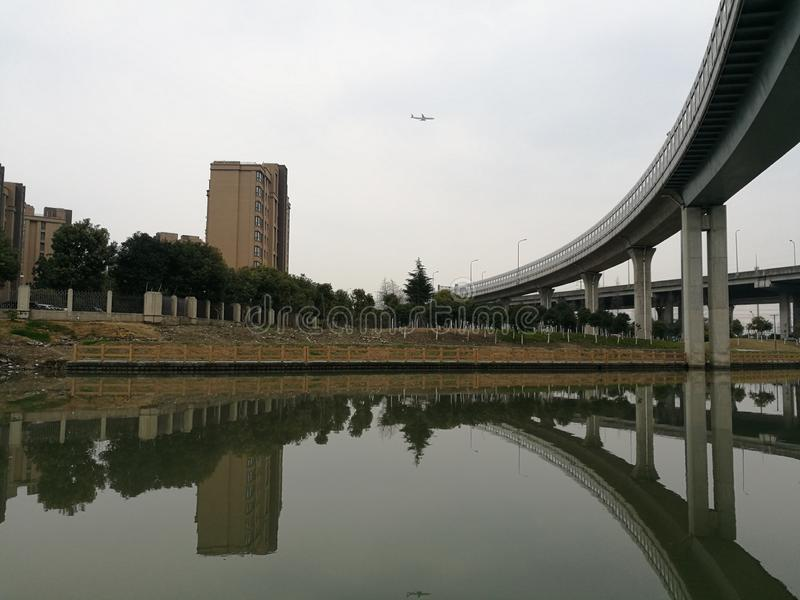 Viaduc près de zone résidentielle de Changhaï Kangcheng photo libre de droits