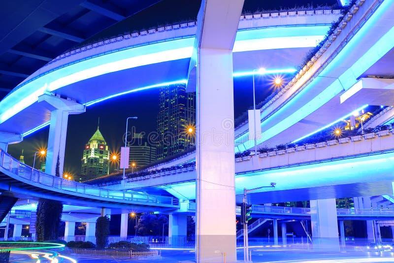Viaduc urbain de viaduc de route de Changhaï la nuit photographie stock libre de droits