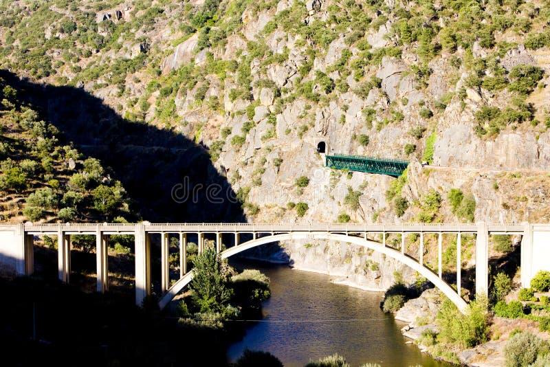 viaducs de chemin de fer et de route en vallée de Douro, Portugal photo libre de droits