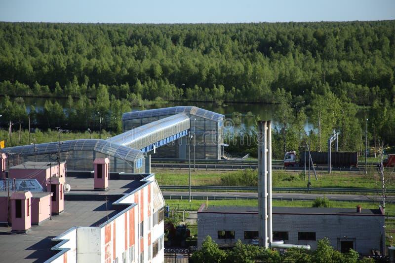 Viaduct boven de weg met een vrachtwagen stock afbeeldingen