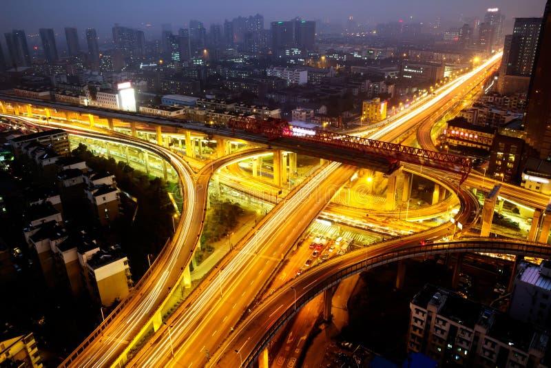 Viaduct in de nacht royalty-vrije stock afbeelding