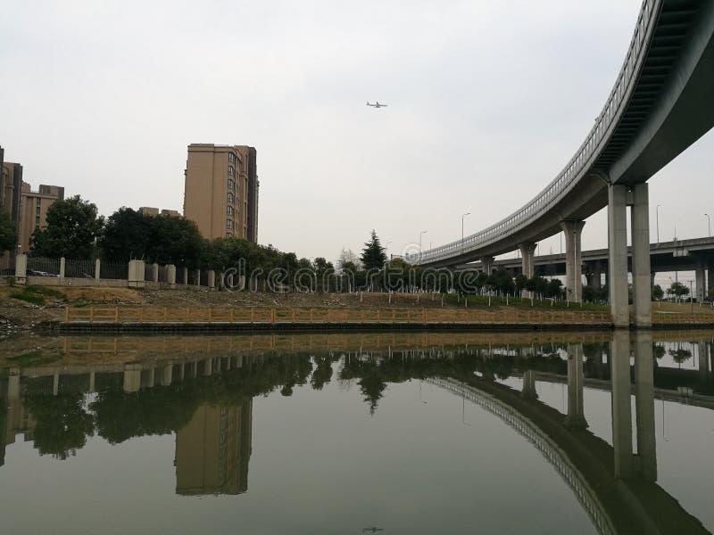 Viaduct dichtbij de woonwijk van Shanghai Kangcheng royalty-vrije stock foto