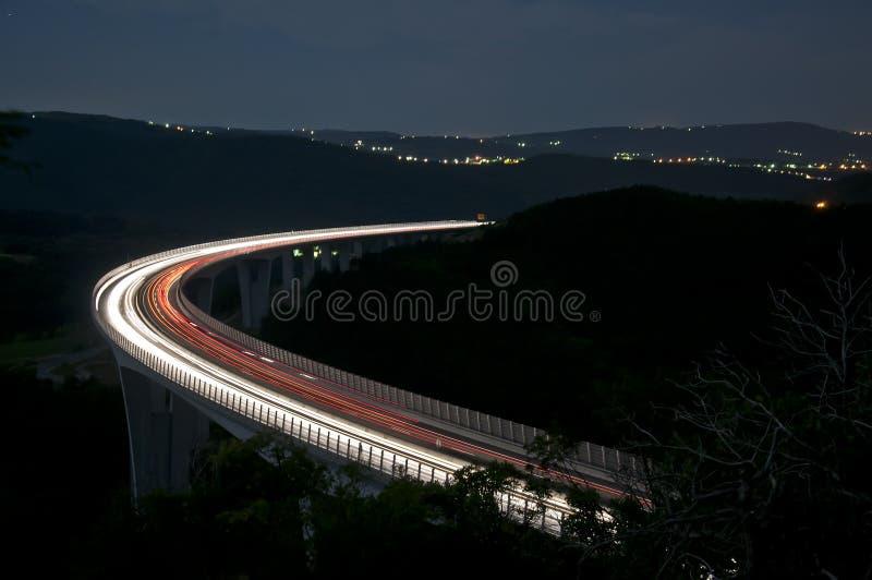 viaduct för huvudvägnatttrafik arkivbilder