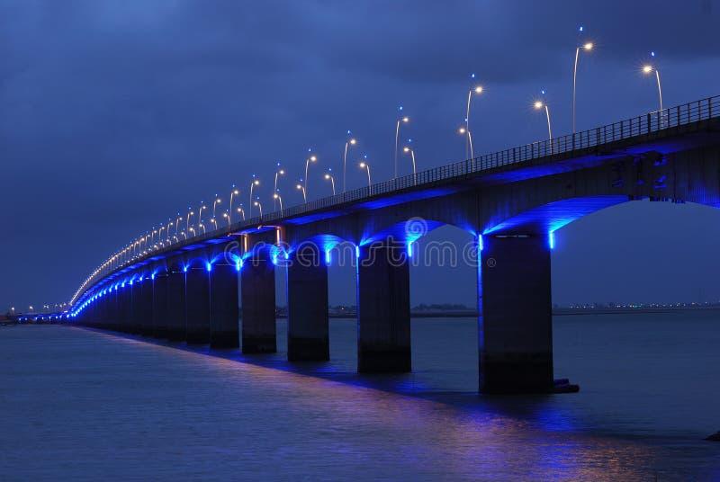 Viaducto bajo l azul fotos de archivo