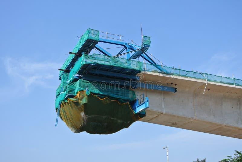 Viaducto concreto de arriba bajo construcción en el emplazamiento de la obra foto de archivo libre de regalías