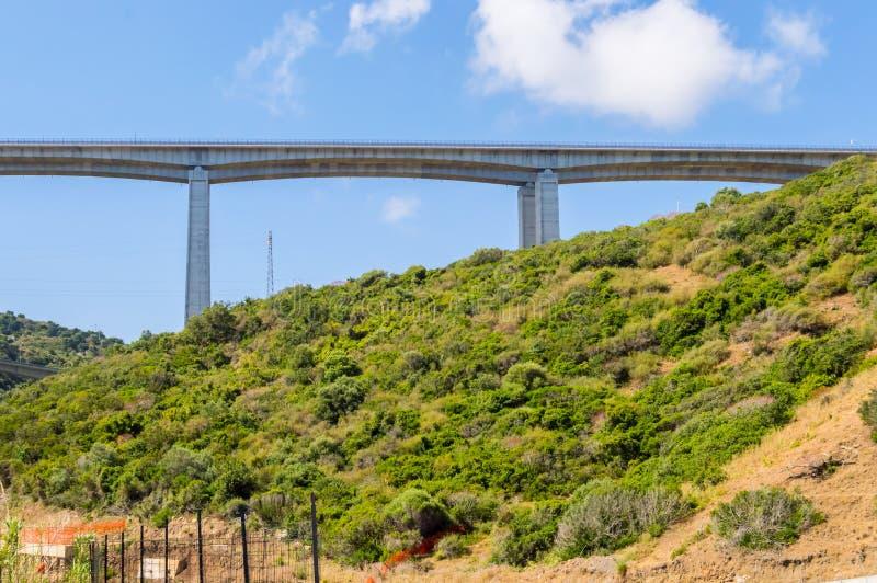 Viaducto de la carretera en el campo foto de archivo libre de regalías