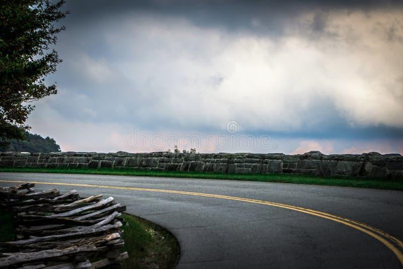 Viaducto de la ensenada de Linn y carreteras con curvas con curvas en monta?as del NC foto de archivo libre de regalías