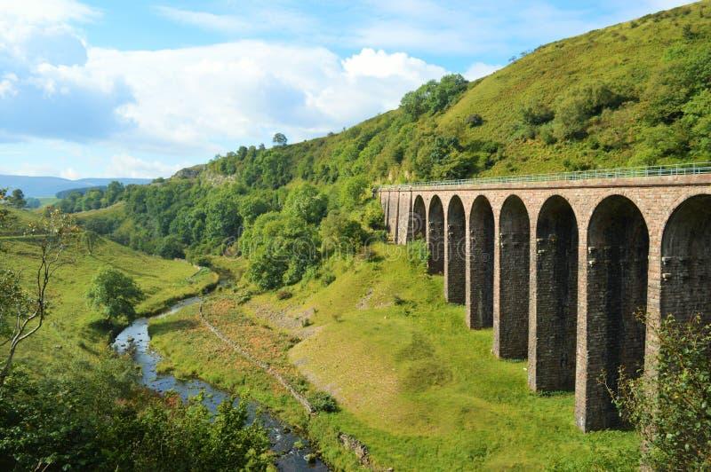 Viaducto en valle al lado del río fotografía de archivo libre de regalías