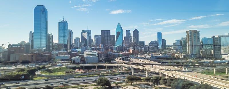 Viaducto panorámico de la autopista de Dallas de la visión superior y horizontes céntricos modernos imagen de archivo