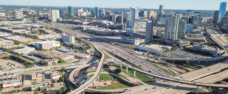 Viaducto panorámico de la autopista de Dallas de la visión superior y horizontes céntricos modernos imagen de archivo libre de regalías