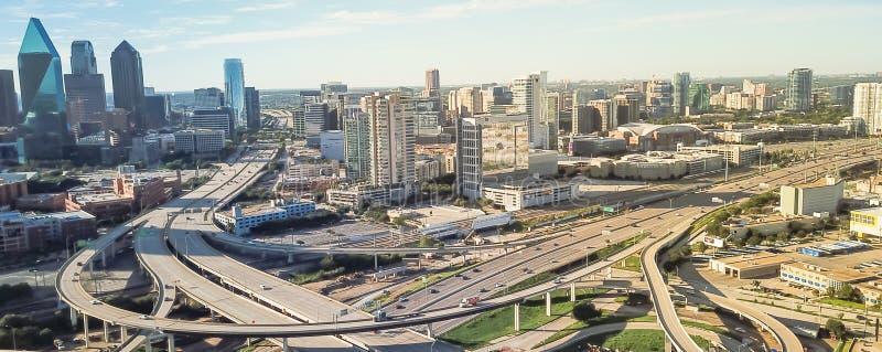 Viaducto panorámico de la autopista de Dallas de la visión superior y horizontes céntricos modernos fotos de archivo libres de regalías