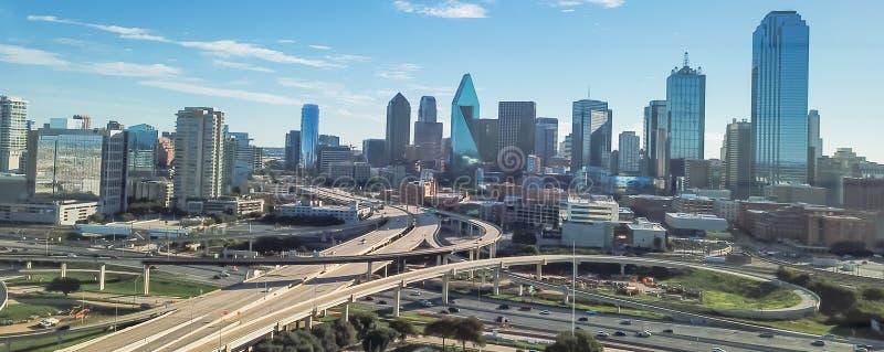 Viaducto panorámico de la autopista de Dallas de la visión superior y horizontes céntricos modernos fotografía de archivo