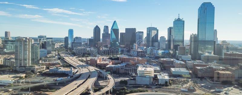 Viaducto panorámico de la autopista de Dallas de la visión superior y horizontes céntricos modernos imagenes de archivo