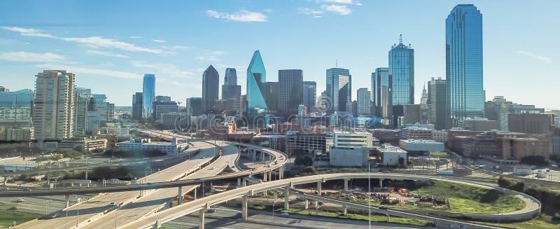 Viaducto panorámico de la autopista de Dallas de la visión superior y horizontes céntricos modernos foto de archivo libre de regalías