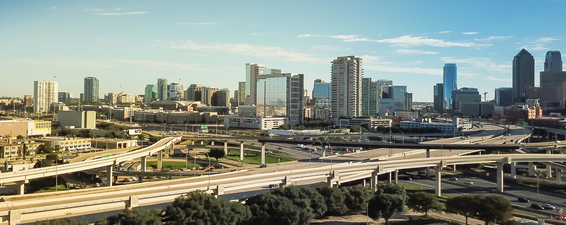 Viaducto panorámico de la autopista de Dallas de la visión superior y horizontes céntricos modernos imágenes de archivo libres de regalías