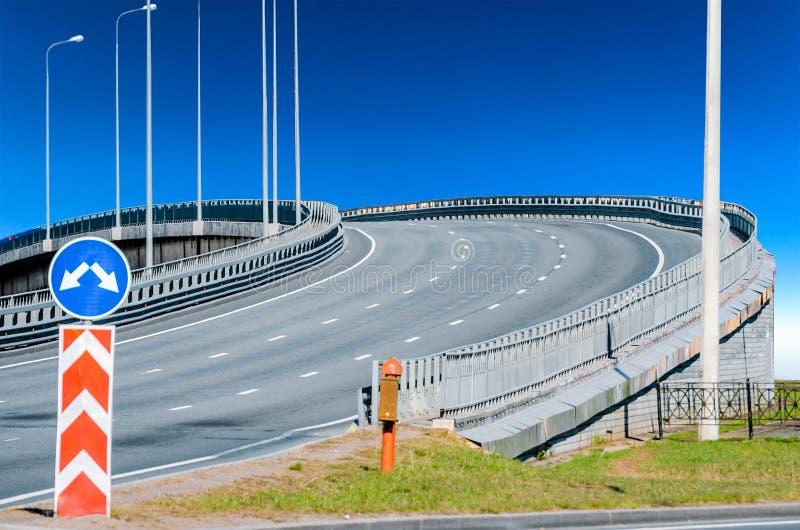 Viaductweg die asfalt omhoog en verkeersteken merken royalty-vrije stock afbeeldingen